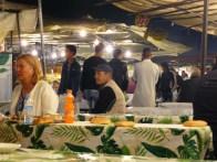Le soir, de grandes tables et stands se dressent sur la place.