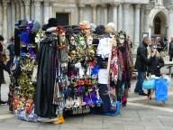 De nombreux stands vendent des masques vénitiens... made in China.