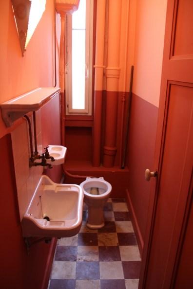 Les toilettes sont à l'intérieur de l'appartement, un signe de modernité pour l'époque.