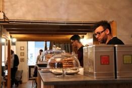 Les propriétaires proposent des pâtisseries.