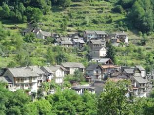 Messasca, un des hameaux de Bognanco, vue de loin.
