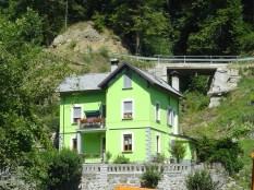 Maison colorée au bord de la route.