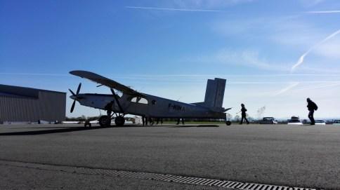 C'est l'avion à bord duquel montent les futurs parachutistes.