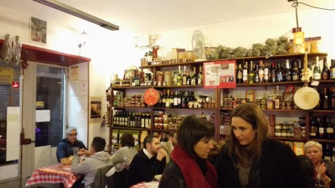 A l'intérieur, une épicerie typiquement italienne.