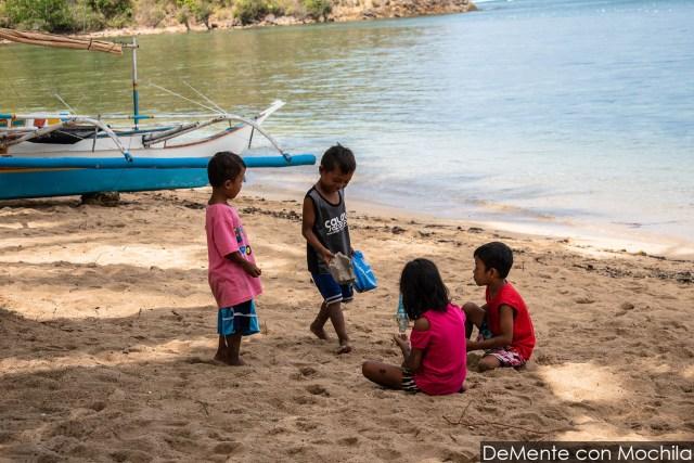 Niños jugando en la orilla.