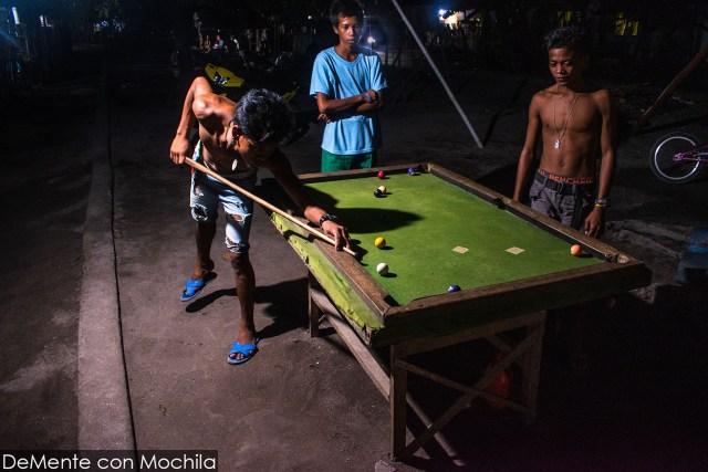mesa de pool más pequeña donde juegan los niños y adolescentes