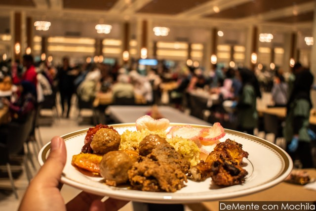 plato de comida en el bufete