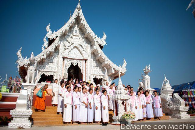 Mujeres posan con el templo renovado de fondo