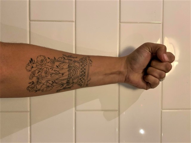 el tatuaje de la epifanía en el brazo izquierdo