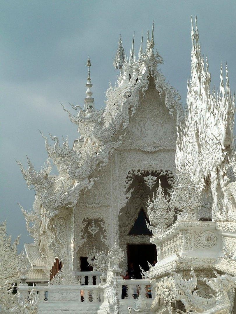 white temple wat rong khun buddhist thailand architecture 2 - Templo branco na Tailândia parece um conto de fadas