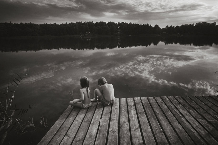 idyllic-summers-village-children-play-summertime-izabela-urbaniak-10