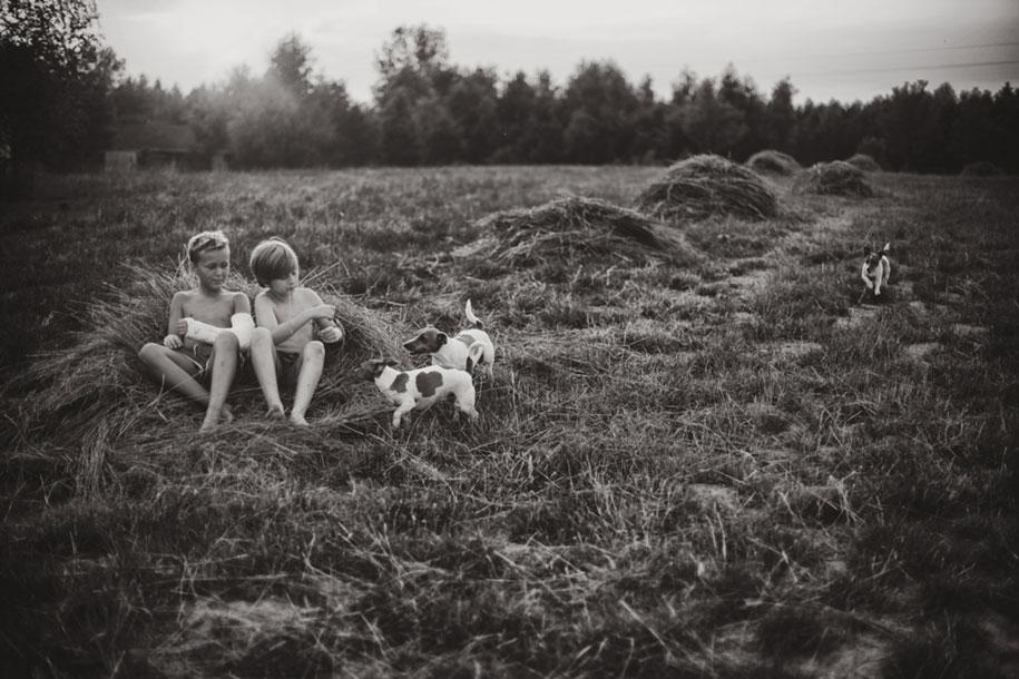 idyllic-summers-village-children-play-summertime-izabela-urbaniak-20