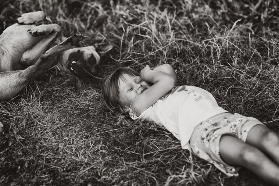 idyllic-summers-village-children-play-summertime-izabela-urbaniak-6