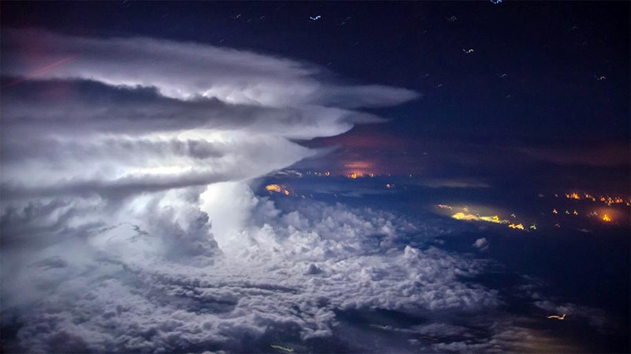 pilot-takes-perfect-thunderstorm-photo-from-above-santiago-borja-2