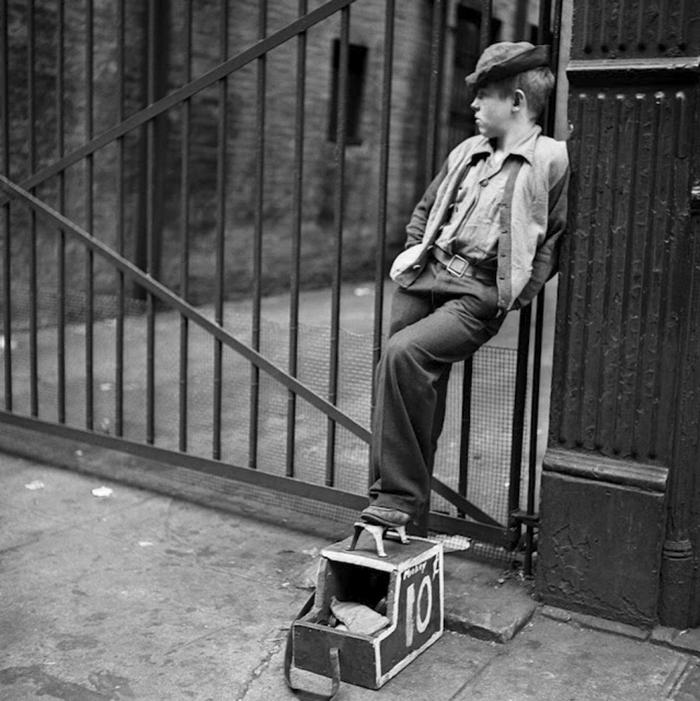59ad1116a4b3d vintage photographs new york street life stanley kubrick 59a91f64df85b  700 - Fotos de Stanley Kubrick com 17 anos revela que ele sempre foi um gênio