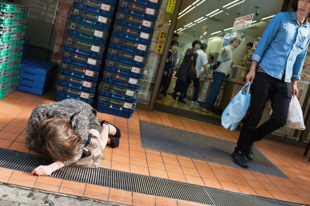 59c2388f03ba6-drunk-japanese-photography-lee-chapman-22-59c0c533d5004__880 10+ Uncensored Photos Of Drunks In Japan Show The Nasty Side Of Alcohol Photography Random