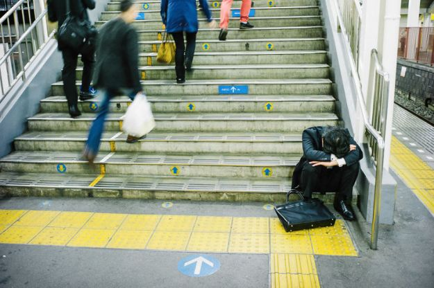 59c23890ab16d-drunk-japanese-photography-lee-chapman-11-59c0c519d71ac__880 10+ Uncensored Photos Of Drunks In Japan Show The Nasty Side Of Alcohol Photography Random