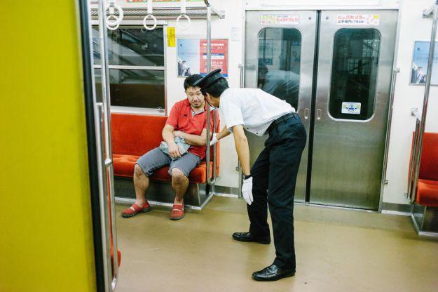 59c23891358b8-drunk-japanese-photography-lee-chapman-13-59c0c51e2188e__880 10+ Uncensored Photos Of Drunks In Japan Show The Nasty Side Of Alcohol Photography Random