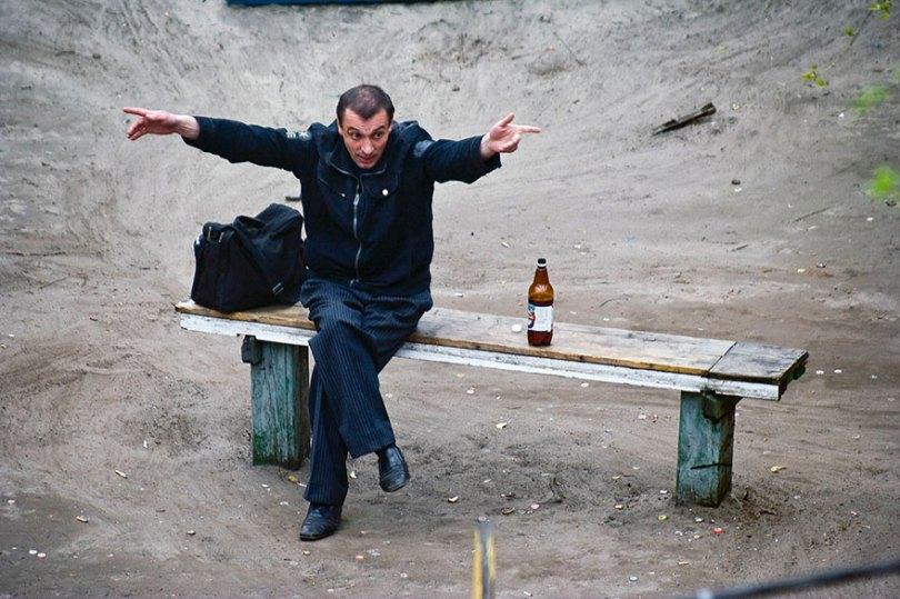 5a6edf4bb06d3 life on park bench photo series kiev ukraine yevhen kotenko 13 5a6add49e5727  880 - Na mesma praça, no mesmo banco! Veja que inusitado...