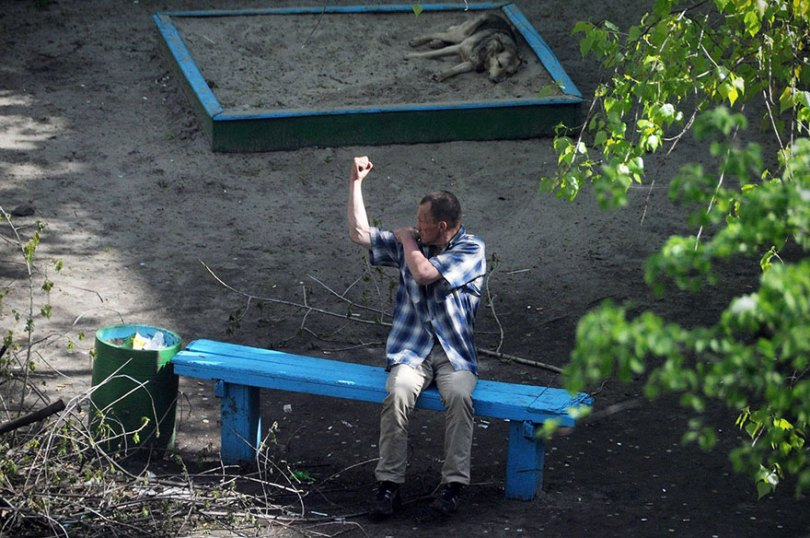 5a6edf4c6801e life on park bench photo series kiev ukraine yevhen kotenko 1 5a6add626fe0e  880 - Na mesma praça, no mesmo banco! Veja que inusitado...