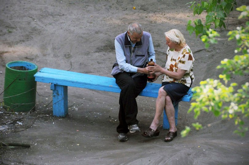 5a6edf4d263bb life on park bench photo series kiev ukraine yevhen kotenko 5 5a6add7179238  880 - Na mesma praça, no mesmo banco! Veja que inusitado...