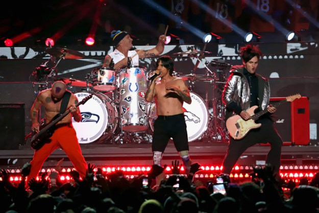 5a8a9fc9b9b5e-wrong-concert-tickets-red-hot-chili-pipers-duncan-robb-3-5a868b5a66108__700 Man Takes His Girlfriend All The Way To Ireland To See 'Red Hot Chili Peppers', Doesn't Expect Such A 'Nightmare' Random