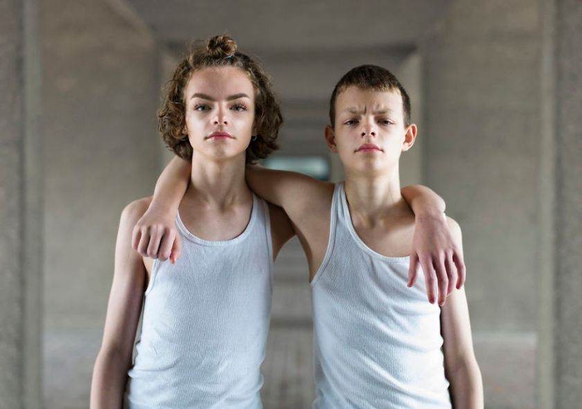 5abdf3cbddcbe-london-identical-twin-portraits-alike-but-not-like-peter-zelewski-13-5abb65d4aae74__880 Photographer Captures Identical Twins Next To Each Other To Show How Different They Actually Are Photography Random