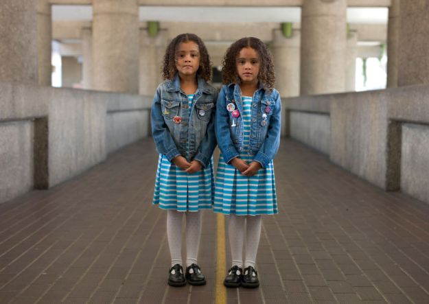 5abdf3ce51c40-london-identical-twin-portraits-alike-but-not-like-peter-zelewski-20-5abb65e1dc1e2__880 Photographer Captures Identical Twins Next To Each Other To Show How Different They Actually Are Photography Random