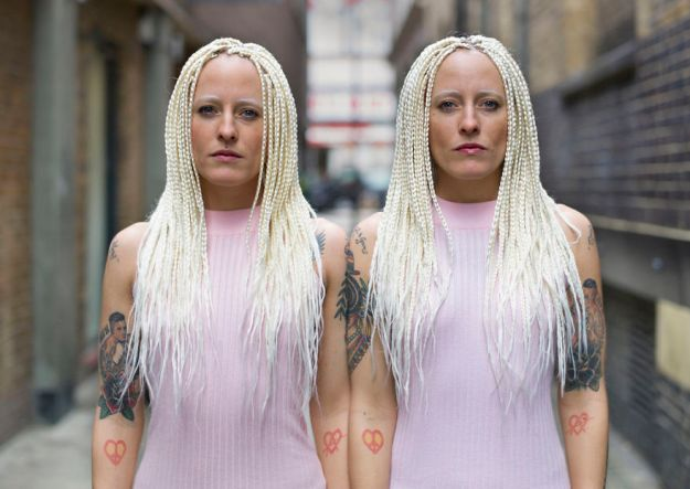 5abdf3ce81c5e-london-identical-twin-portraits-alike-but-not-like-peter-zelewski-21-5abb65e3e2e0c__880 Photographer Captures Identical Twins Next To Each Other To Show How Different They Actually Are Photography Random