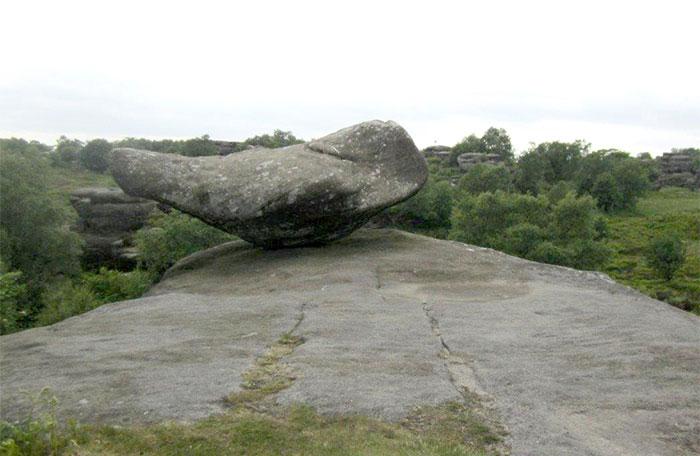 5b236f6ab5a3f brimham rock york moors vandalism north yorkshire 5b2227ae04d5a  700 - Adolescentes destroem 320 milhões de anos de história em poucos segundos