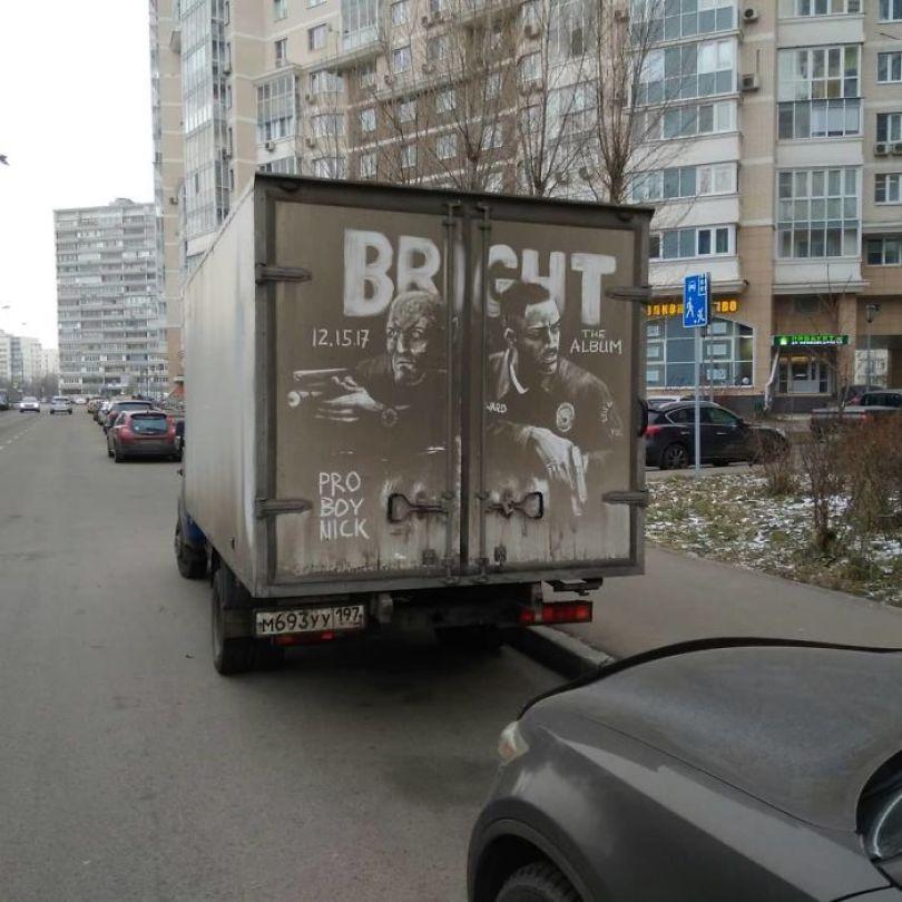 5b39dc109047e Russian artist continues to turn cars and dirty roads into art 5b35837bcc6a2  700 - Não tem água para lavar seu carro? Ele tem a solução