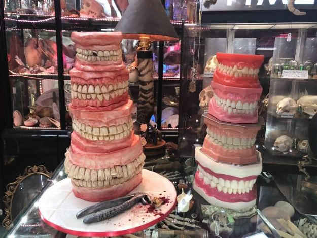 5b7e6178ce00c-For-this-confectioner-every-day-is-Halloween-and-your-jobs-you-would-not-have-the-courage-to-eat-them-5b7349488b48b__700 These Creepy Creations Hide Sweet Desserts, If You're Brave Enough To Cut Into Them Random