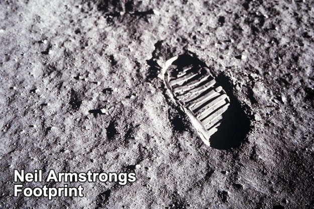 5bb7155f4987f-neil-armstrong-moon-walk-space-boot-tumblr-5bb5c21c5972f__700 Someone Points Out That Neil Armstrong's Boot Doesn't Match The Print On The Moon, So The Internet Destroys Them With Facts Random