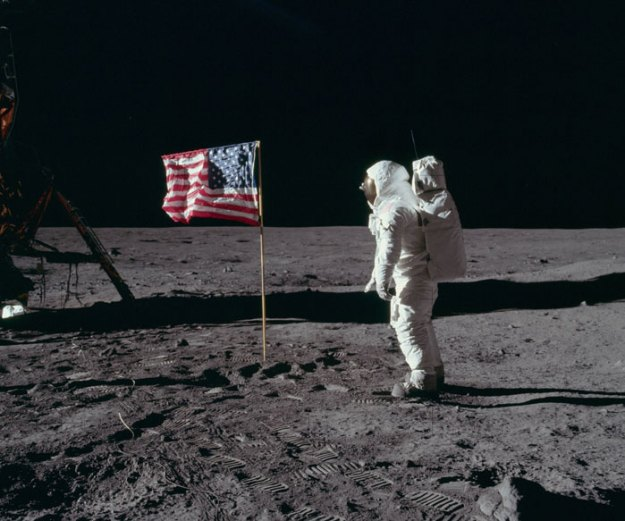 5bb715621a792-neil-armstrong-moon-walk-space-boot-tumblr-5bb5b7415acae__700 Someone Points Out That Neil Armstrong's Boot Doesn't Match The Print On The Moon, So The Internet Destroys Them With Facts Random