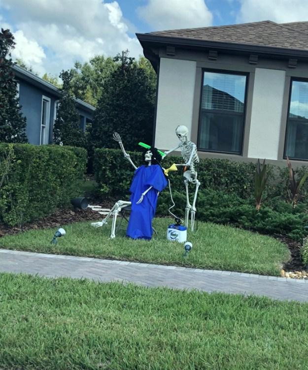 5bd8550c2b56c-neighbors-house-halloween-decorations-skeletons-sami-campagnano-6-5bd2cf7b71cf0__700 This Girl's Neighbors Won Halloween By Creating New Skeleton Scenarios Every Day Random