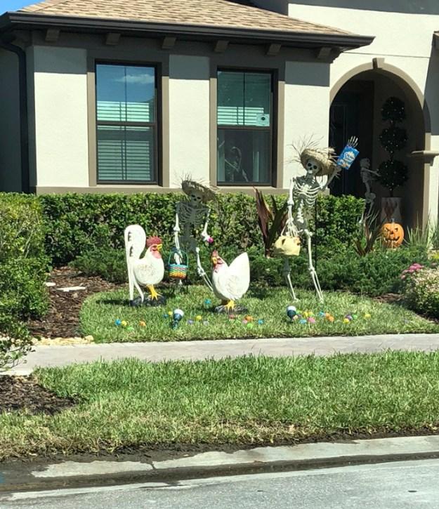 5bd8550c92cbb-neighbors-house-halloween-decorations-skeletons-sami-campagnano-10-5bd2cf873dea3__700 This Girl's Neighbors Won Halloween By Creating New Skeleton Scenarios Every Day Random