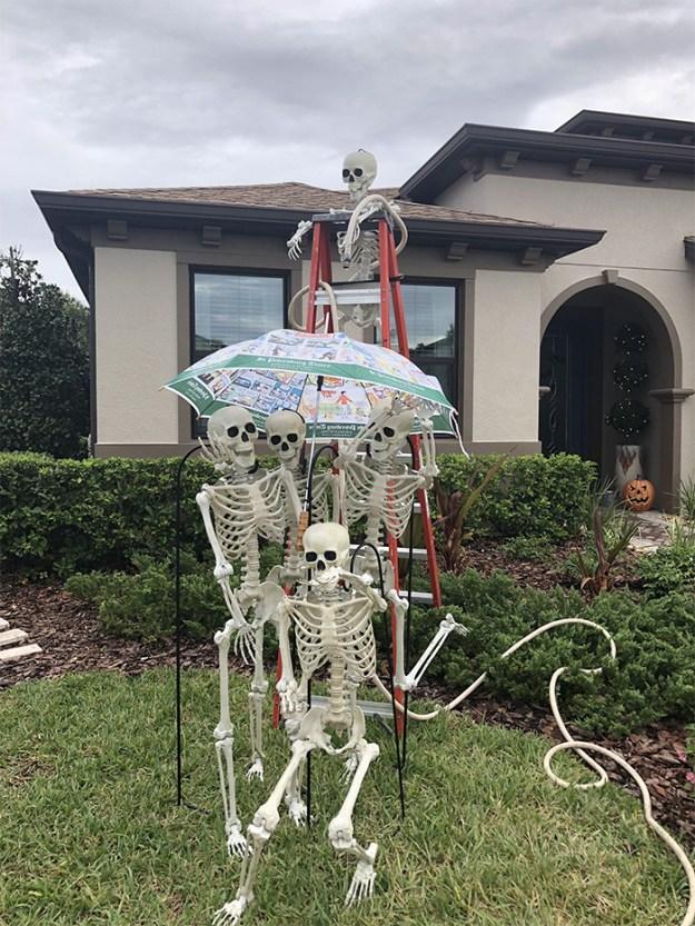 5bd8550ea0265-neighbors-house-halloween-decorations-skeletons-sami-campagnano-31-5bd6ec8c59d3e__700 This Girl's Neighbors Won Halloween By Creating New Skeleton Scenarios Every Day Random