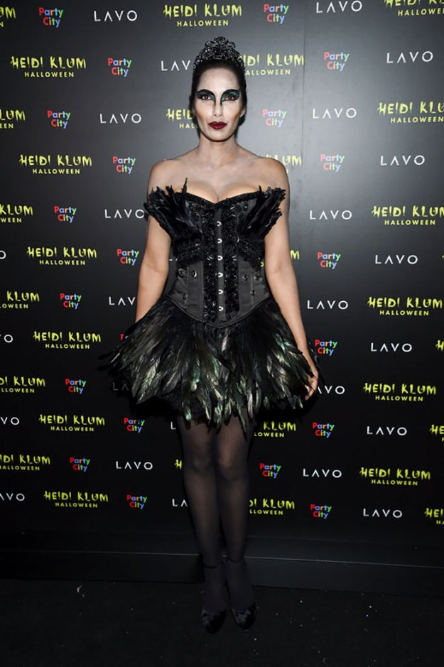 5be055485fc3a-best-celebrity-halloween-costumes-2018-11-5bdc0b198c10f__700 30+ Celebrities Who Completely Nailed This Year's Halloween Random