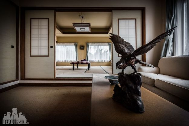 5bea8c327e30e-The-biggest-abandoned-hotel-in-Japan-5be55c7787198__880 This Photographer Took Incredible Photos Inside The Biggest Abandoned Hotel In Japan Photography Random Travel