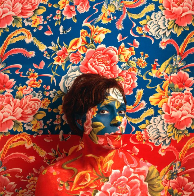 camouflage-art-cecilia-paredes-10 This Artist Uses Her Camouflage Skills To Blend Into Floral Backgrounds Art Random