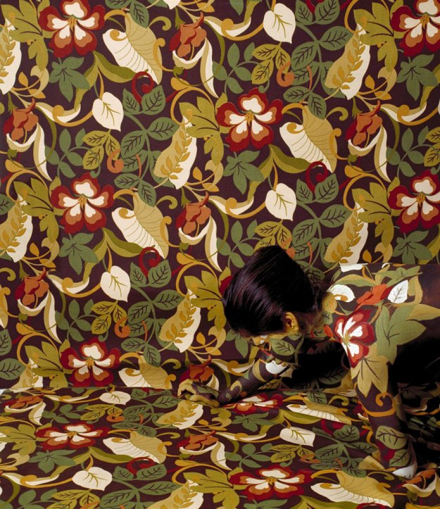 camouflage-art-cecilia-paredes-16 This Artist Uses Her Camouflage Skills To Blend Into Floral Backgrounds Art Random