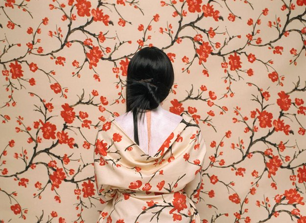 camouflage-art-cecilia-paredes-2 This Artist Uses Her Camouflage Skills To Blend Into Floral Backgrounds Art Random