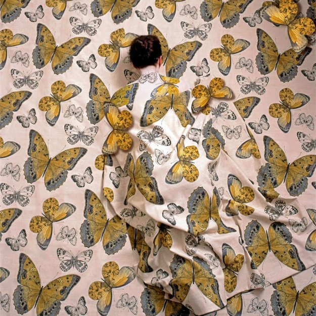 camouflage-art-cecilia-paredes-5 This Artist Uses Her Camouflage Skills To Blend Into Floral Backgrounds Art Random