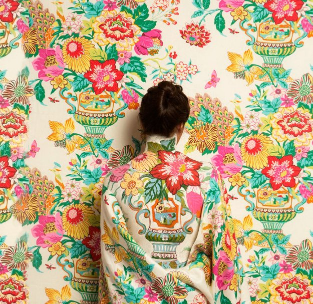 camouflage-art-cecilia-paredes-6 This Artist Uses Her Camouflage Skills To Blend Into Floral Backgrounds Art Random