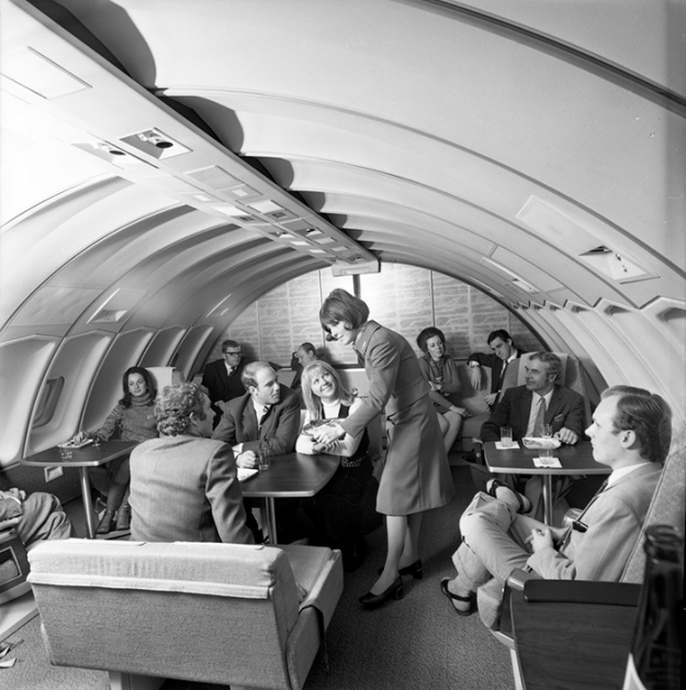 flying-in-the-past-vintage-photos-11 10+ Vintage Photos Taken Between The 1940s And 1970s That Show How Different Flying Was Random Travel