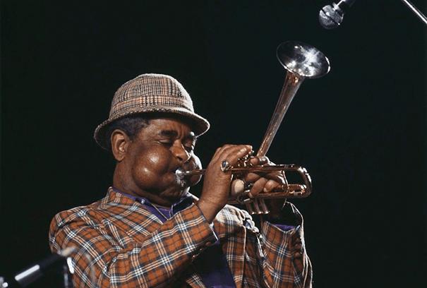 giant-cheeks-dizzy-gillespie-4 20 Photos Showing The Amazing Stretched Cheeks Of Legendary Jazz Player Dizzy Gillespie Random