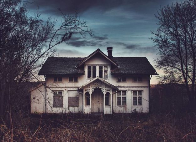 5c092cc7f1d09-I-moved-to-the-Arctic-to-pursue-my-passion-for-abandoned-houses-5bfe637d2abc4__880 29 Photos Of Abandoned Houses In The Arctic By Norwegian Photographer Britt Marie Bye Photography Random Travel
