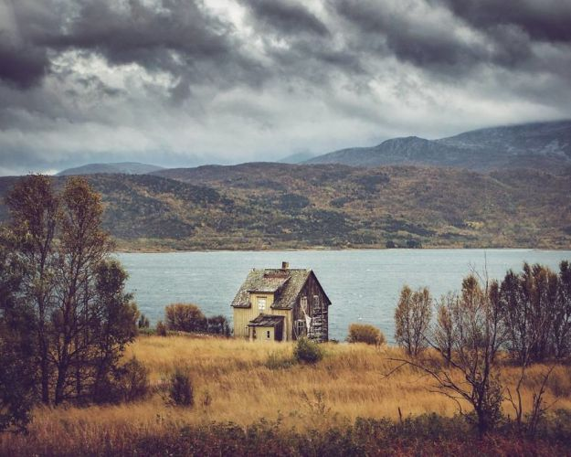 5c092cc85ecde-I-moved-to-the-Arctic-to-pursue-my-passion-for-abandoned-houses-5bfe638aae425__880 29 Photos Of Abandoned Houses In The Arctic By Norwegian Photographer Britt Marie Bye Photography Random Travel