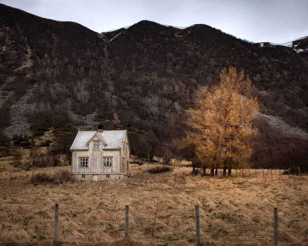 5c092cc9d774e-I-moved-to-the-Arctic-to-pursue-my-passion-for-abandoned-houses-5bfe6390195a0__880 29 Photos Of Abandoned Houses In The Arctic By Norwegian Photographer Britt Marie Bye Photography Random Travel