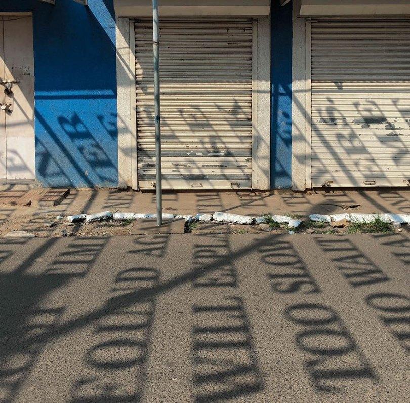 theory of time daku 3 - Artista indiano usa luz solar para projetar frases que exploram Teoria do Tempo